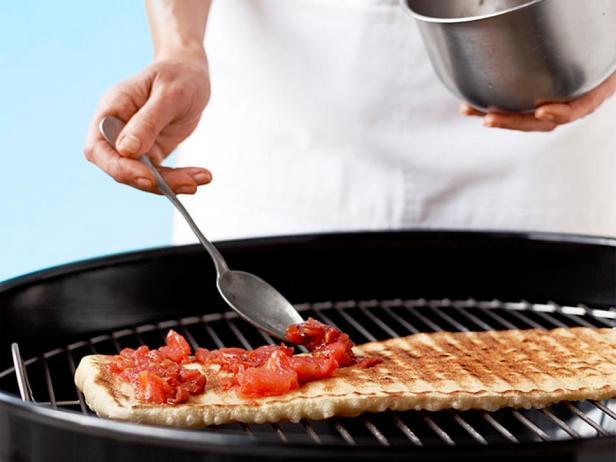 Покройте пиццу начинкой и топпингами