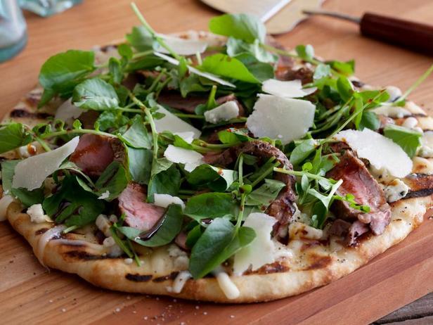 Фото Пицца со стейком Нью-Йорк, голубым сыром и бальзамической глазурью