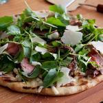 Пицца со стейком Нью-Йорк, голубым сыром и бальзамической глазурью