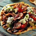 Пицца на гриле с охотничьими колбасками и перцем