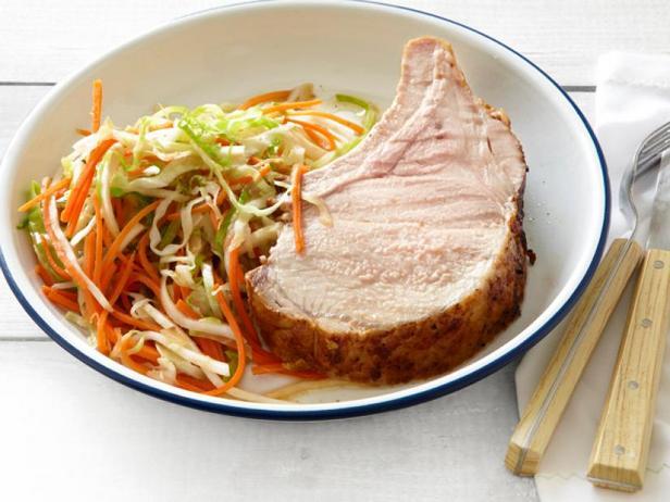 Фото Свиная корейка на рёбрах, жареная на гриле, с маринованным релишем