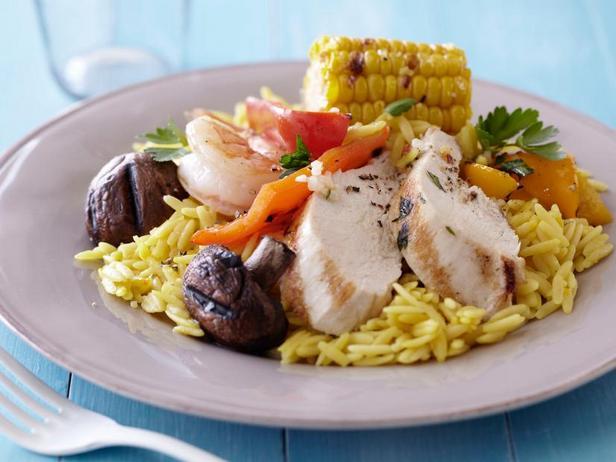 Фото Курица на гриле с креветками, кукурузой и пастой орзо с шафраном