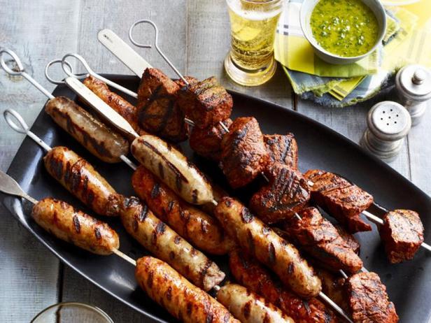 Фото Шашлык из стейка и колбасок с двумя латиноамериканскими соусами