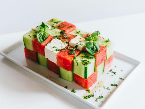 Фото Салат из кубиков арбуза, огурца и феты