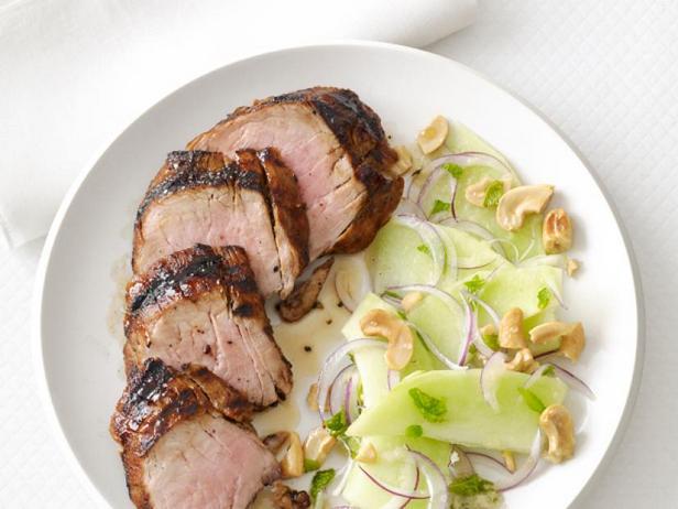 Фото Свиная вырезка на гриле с салатом из дыни