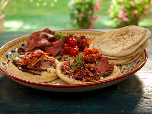 Фото Пита с бараниной в гранатовой глазури с мятой на вертеле, жареными на гриле помидорами и капустным салатом по-гречески