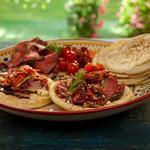Пита с бараниной в гранатовой глазури с мятой на вертеле, жареными на гриле помидорами и капустным салатом по-гречески