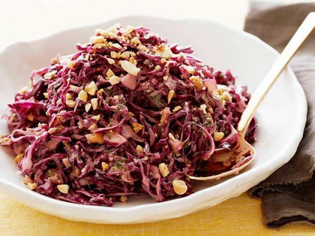 Фото Азиатский салат из красной капусты с арахисом