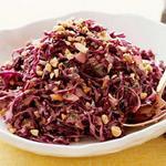 Азиатский салат из красной капусты с арахисом
