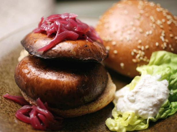 Фото Бургеры с жареными грибами портобелло и луковым джемом