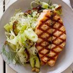 Лосось на гриле с салатом из огурцов и фиников