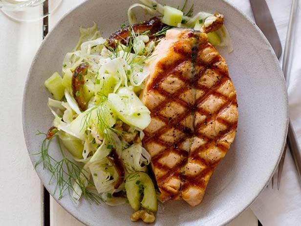 Фото Лосось на гриле с салатом из огурцов и фиников