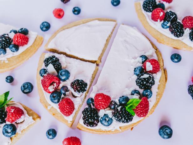 Фото Сладкая пицца с летними ягодами