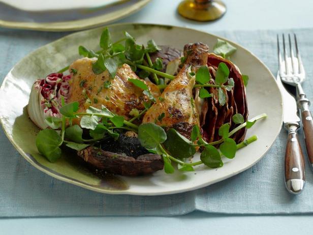 Фото Салат из жареной на гриле чесночной курицы, грибов портобелло и радиккьо