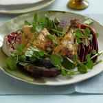 Салат из жареной на гриле чесночной курицы, грибов портобелло и радиккьо