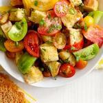 Салат из помидоров с сырными криспами
