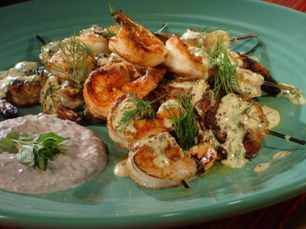 Креветки-гриль на шпажках с горчично-укропной заправкой и йогуртовым соусом с маслинами