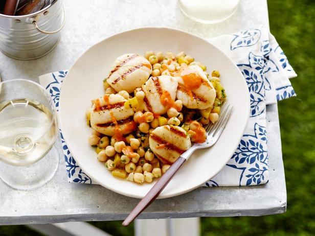 Морские гребешки на гриле с кумином и салатом из нута с винегретной заправкой с болгарским перцем и тахини