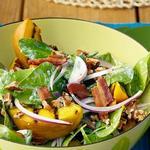 Салат из шпината с жареными на гриле персиками и заправкой из голубого сыра