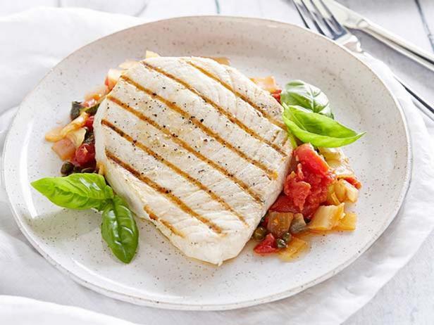 Меч-рыба на гриле с соусом из помидоров и каперсов