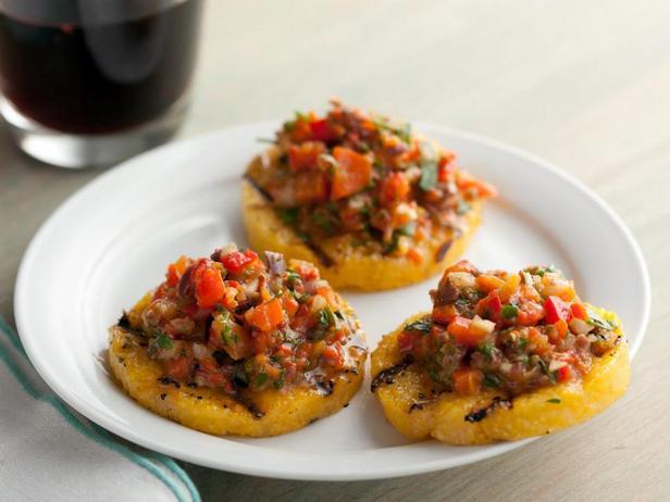 Жареные крекеры из поленты с сальсой из печёных перцев