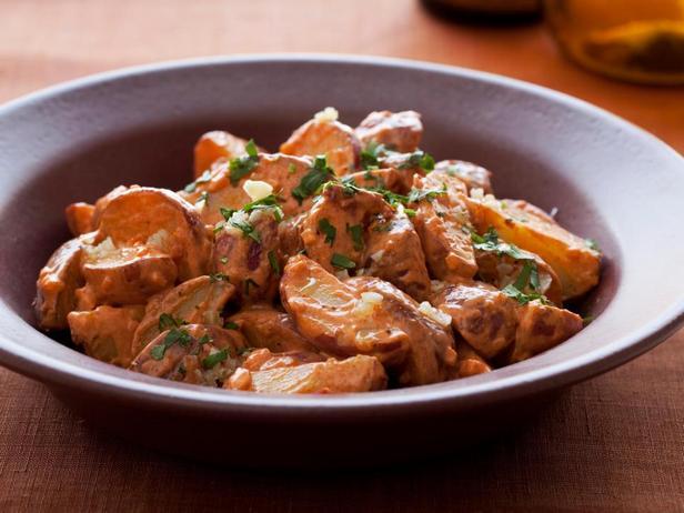 Лёгкий салат из молодого картофеля с копчёной паприкой