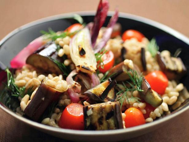 Салат из полбы с жареными на гриле баклажанами, помидорами и луком