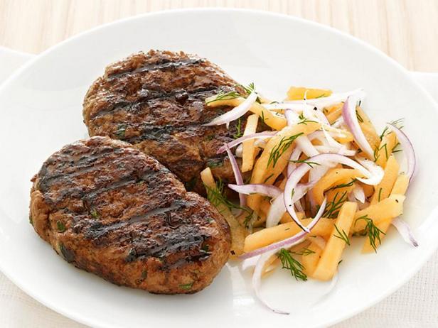 Кюфта из говядины на гриле с салатом из дыни