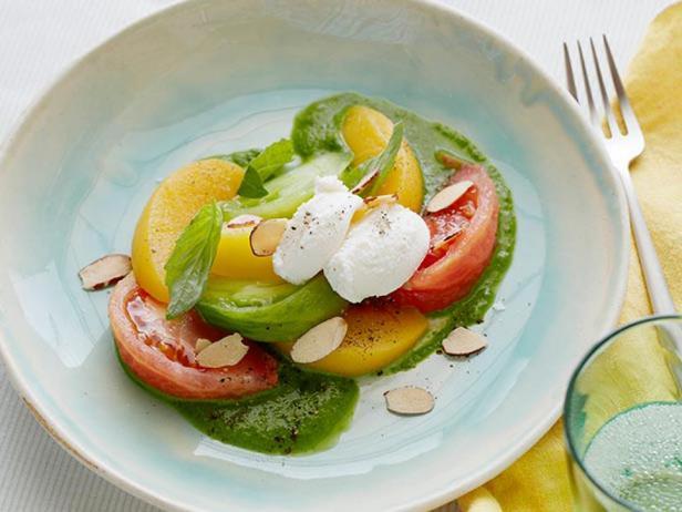 Салат с помидорами, персиками и рикоттой