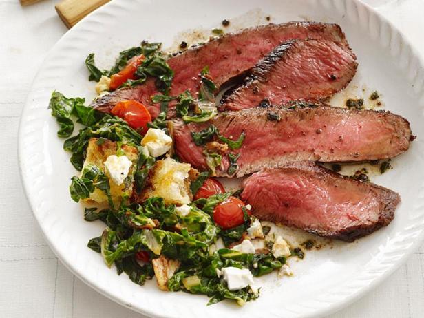 Жареный на сковороде стейк с салатом из мангольда