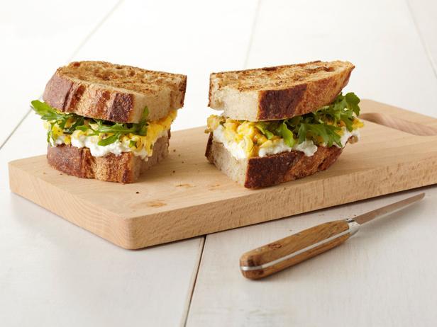 33. Сэндвич с яйцом и зеленью.
