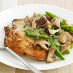 Курица с грибами и стручковым горохом в сливочном соусе
