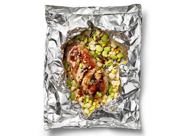 Фото Свиные котлеты с салатом суккоташ в свёртках из фольги на гриле