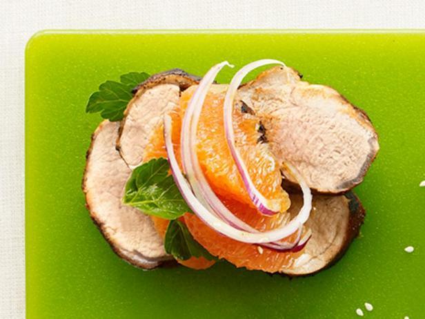 Фото Свиная вырезка на гриле с салатом из апельсинов