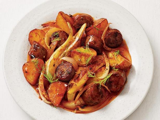 Фото Картофель с куриной колбасой на сковороде