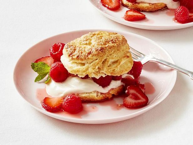 Фото Ягодные шорткейки с медовым йогуртом