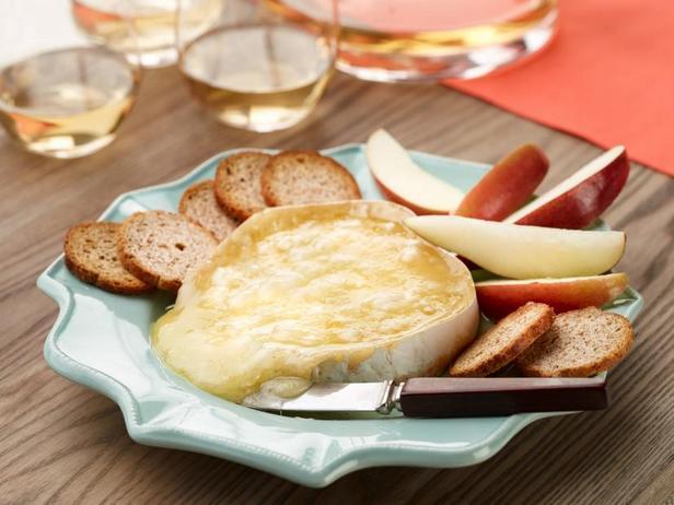 Фото Тёплый сыр бри с яблоками фуджи, грушами и тостами Мельба