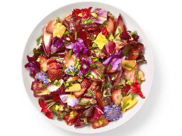 Салат из клубники с эндивием и съедобными цветами