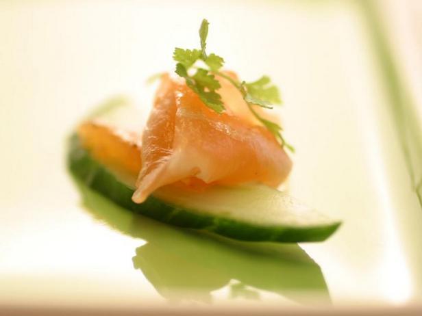 Фото Канапе с засоленным лососем с лемонграссом