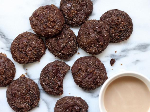 Фото Шоколадное печенье с кусочками шоколада и сахаром мусковадо