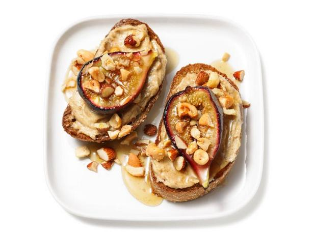 Фото Тосты с ореховым кремом и инжиром