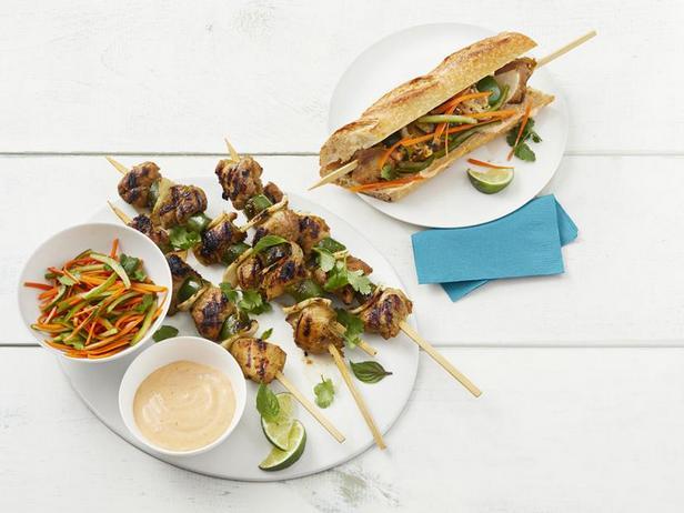 Фото Вьетнамский сэндвич Бан-ми с куриным кебабом