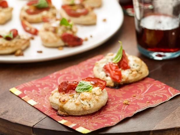 Пиццетта с горгонзолой, помидорами и базиликом