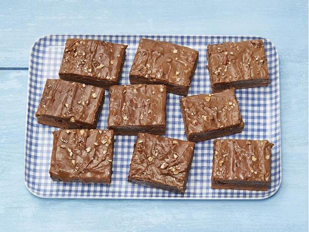 Фото Брауни на коричневом эле с топпингом из пекана