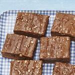 Брауни на коричневом эле с топпингом из пекана