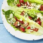 Салат с беконом и соусом ранч в лодочках