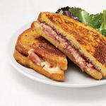 Сэндвич «Монте-Кристо» с зелёным салатом