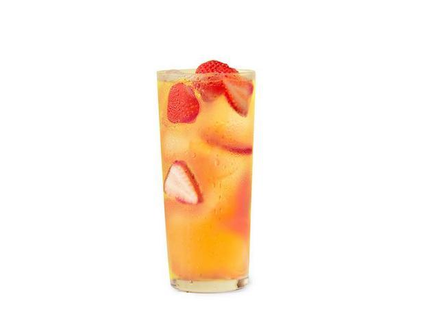 Фото Ромашково-клубничный холодный чай с джином