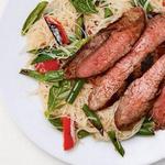 Рисовая лапша с фланк стейком по-тайски