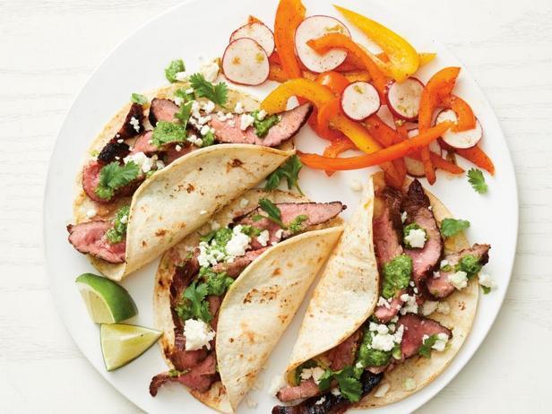 Фото Такос со стейком и салатом из сладкого перца и редиски